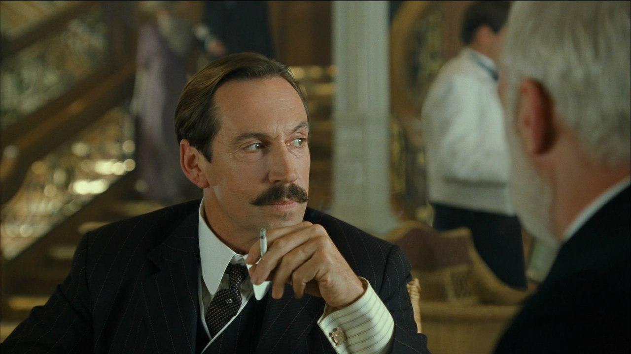 Джонатан Хайд в роли Брюса Исмея.
