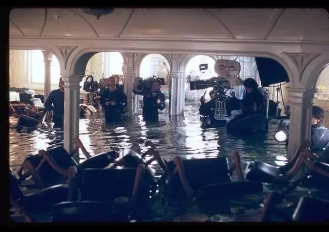 Джеймс Кэмерон снимает затопление обеденного зала.