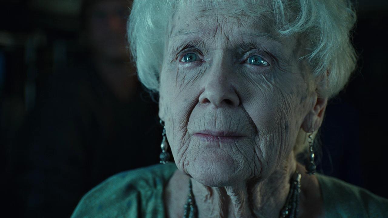 Глория Стюарт в роли Роуз Калверт.