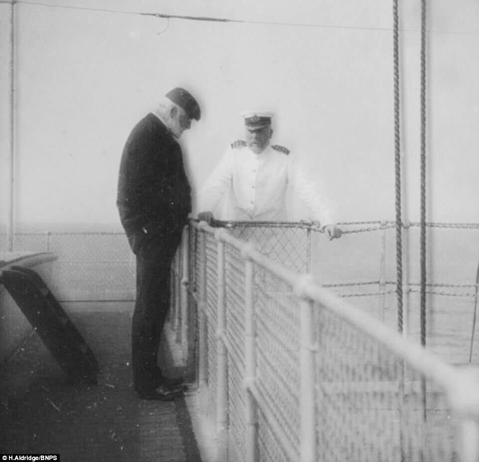"""Смит беседует с членом экипажа на палубе """"Адриатика"""""""