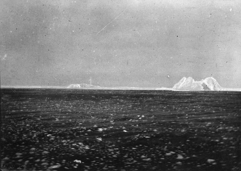 Морозное утро 15-го апреля. Снимок сделан с борта «Карпатии». Океан усыпан льдом, а на горизонте виднеется ледовое поле с «вкраплением» айсбергов.