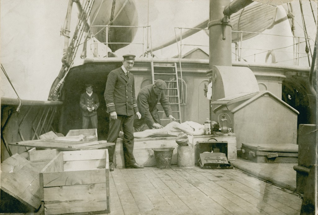 Body_of_RMS_Titanic_victim_aboard_rescue_vessel_CS_Minia,_April_or_May_1912