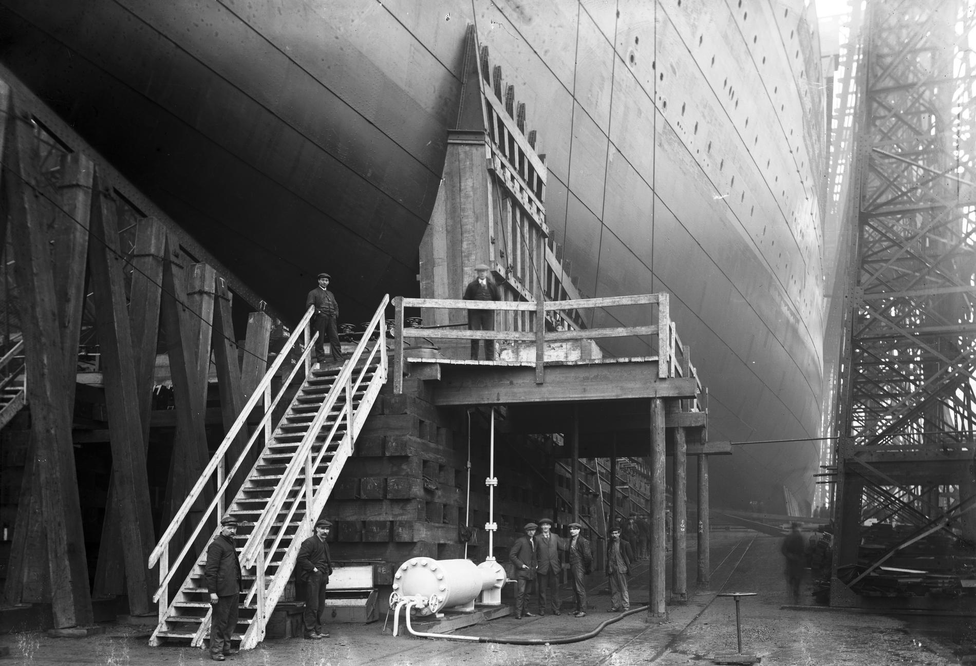 «Британник», перед спуском на воду. Выше лестницы вы можете видеть один из носовых копылов. 26.02.1914. Source: NMNI