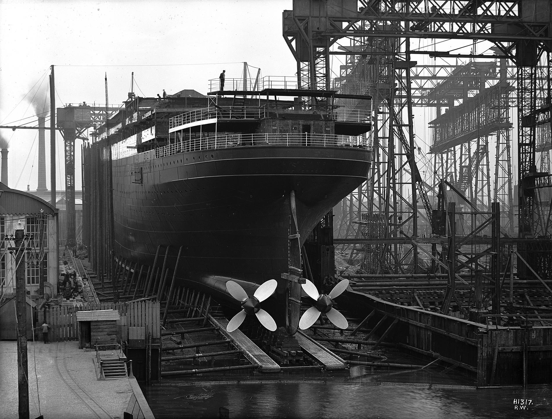 Спуск на воду парохода «Lapland», 27 июня 1908. Хорошо видны спусковые дорожки, идентичные тем, по которым спускали «Титаник». Source: NMNI.
